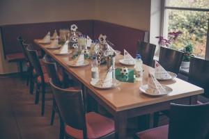 In unserer warmen Gastronomie erwartet Euch ein wunderschöner gedeckter Geburtstagstisch!